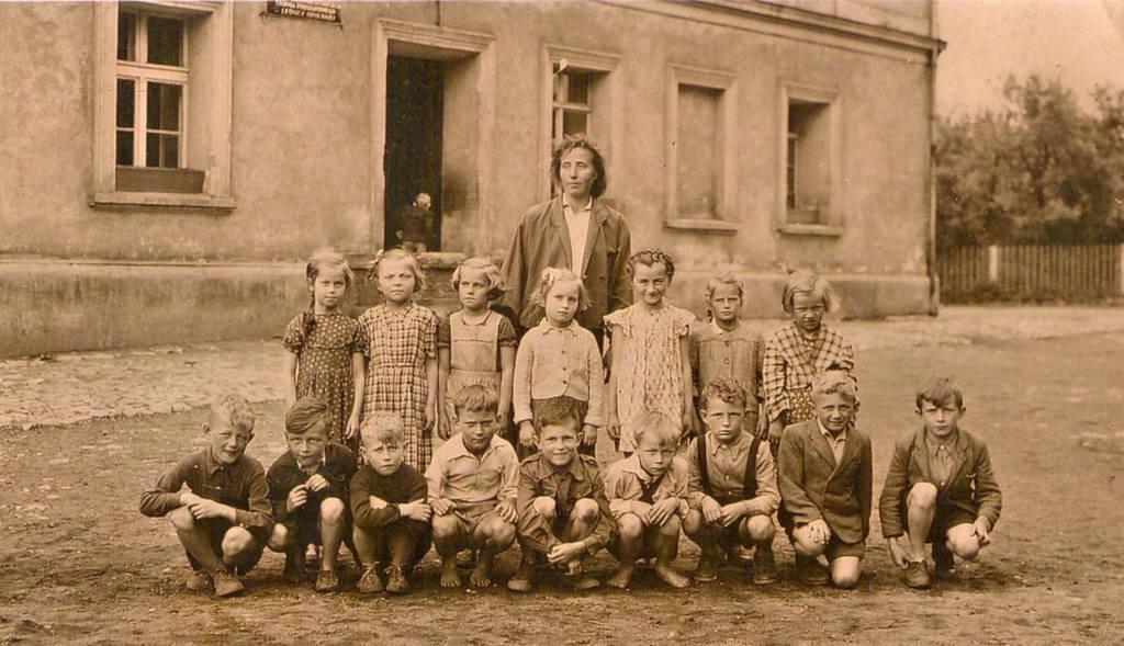 https://lesnica.skycms.com.pl/download/attachment/13003/zdjecie-p-jozefa-jandy-lesnica-szkola-podstawowa-obecnie-klub-przy-ul-powstancow-sl-rok.jpeg